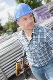 Lavoratore che tira il camion di pallet caricato immagine stock