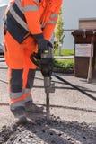Lavoratore con il martello dello scalpello - primo piano Immagini Stock