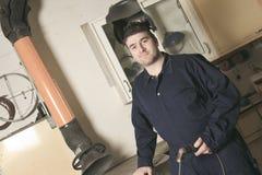 Lavoratore con il metallo di saldatura della maschera protettiva Fotografia Stock