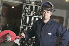 Lavoratore con il metallo di saldatura della maschera protettiva Immagini Stock