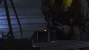Lavoratore con il metallo di saldatura della maschera protettiva Slowmo archivi video