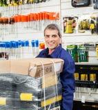 Lavoratore con il pacchetto dello strumento nel negozio dell'hardware Fotografie Stock