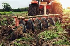 lavoratore con il trattore che ara per piantare agricoltura Immagine Stock Libera da Diritti