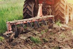 lavoratore con il trattore che ara per piantare agricoltura Fotografia Stock Libera da Diritti