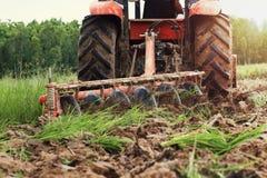 lavoratore con il trattore che ara per piantare agricoltura Fotografie Stock Libere da Diritti
