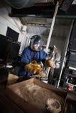 Lavoratore con il vaso di vetro immagine stock