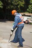 Lavoratore con l'attrezzatura pneumatica del martello pneumatico fotografia stock libera da diritti