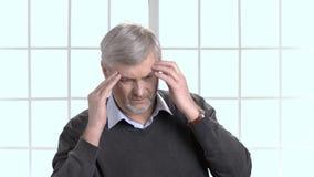 Lavoratore con l'emicrania che massaggia la sua testa per ridurre dolore archivi video