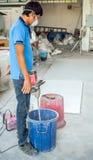 Lavoratore con lo stucco di filatura del trapano Fotografia Stock