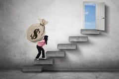 Lavoratore con soldi verso una entrata Immagine Stock