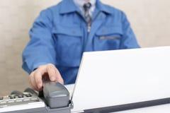 Lavoratore con un microtelefono immagine stock libera da diritti