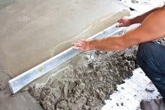 Lavoratore concreto dell'intonacatore sul lavoro del pavimento Immagini Stock Libere da Diritti
