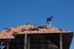 Lavoratore confuso sul tetto immagini stock libere da diritti