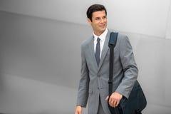 Lavoratore corporativo sorridente adulto dell'uomo d'affari giovane riuscito bello Fotografia Stock Libera da Diritti