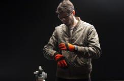 Lavoratore del carpentiere che indossa i guanti protettivi fotografie stock