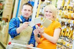 Lavoratore del deposito di Hardwarer con il compratore dell'artigiano fotografie stock libere da diritti