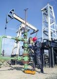 Lavoratore del giacimento di petrolio Immagine Stock