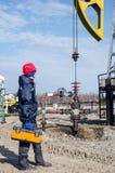 Lavoratore del giacimento di petrolio Immagini Stock