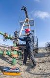 Lavoratore del giacimento di petrolio Immagini Stock Libere da Diritti