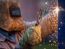 Lavoratore del saldatore dell'arco nella costruzione del metallo di saldatura della maschera protettiva Fotografia Stock Libera da Diritti
