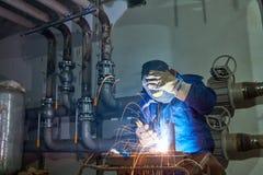 Lavoratore del saldatore sul lavoro industriale della saldatura ad arco fotografia stock libera da diritti