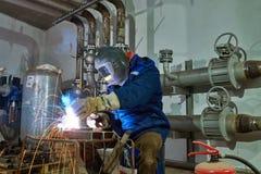 Lavoratore del saldatore sul lavoro industriale della saldatura ad arco fotografie stock libere da diritti