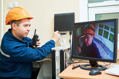 Lavoratore del tecnico che regola il sistema di videosorveglianza Fotografia Stock