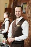 Lavoratore dell'hotel al ricevimento fotografie stock
