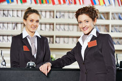 Lavoratore dell'hotel al ricevimento fotografie stock libere da diritti