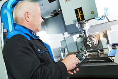 Lavoratore dell'industria che lavora con la fresatrice di CNC fotografia stock libera da diritti