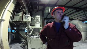Lavoratore dell'industria che parla su un walkie-talkie stock footage