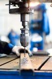 Lavoratore dell'industria che per mezzo di una macchina meccanica del trapano Fotografia Stock Libera da Diritti