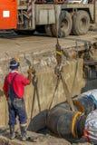 Lavoratore dell'industria con l'elmetto protettivo ed il lavoro uniforme immagini stock libere da diritti