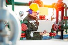 Lavoratore dell'industria del gas e dell'olio fotografia stock
