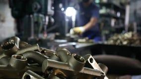 Lavoratore dell'industria siderurgica nell'industria metalmeccanica video d archivio