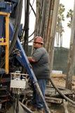 Lavoratore dell'olio al pozzo di petrolio che abbandona cantiere Fotografie Stock
