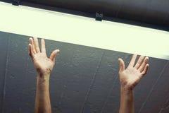 Lavoratore dell'uomo dell'elettricista che installa lampada fluorescente fotografie stock libere da diritti