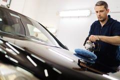Lavoratore dell'uomo su un autolavaggio Fotografia Stock