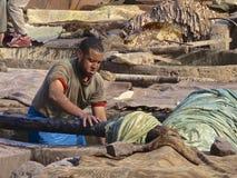 Lavoratore della conceria a Marrakesh Fotografie Stock Libere da Diritti