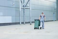 Lavoratore della società di pulizia in uniforme Fotografie Stock Libere da Diritti