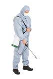 Lavoratore di controllo dei parassiti con lo spruzzatore degli antiparassitari fotografie stock libere da diritti