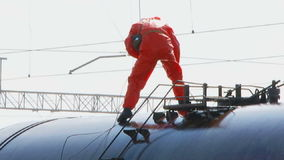 Lavoratore di emergenza che lavora alla cisterna con combustibile video d archivio