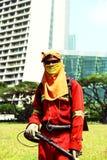 Lavoratore di falciatura completamente coperto a Singapore Immagini Stock