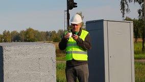Lavoratore di manutenzione della ferrovia che parla su un walkie-talkie archivi video