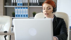 Lavoratore di servizio di assistenza al cliente nei replyes dell'ufficio da chiamare stock footage