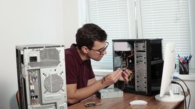 Lavoratore di servizio EDP che ripara computer tagliato nell'ufficio e che migliora hardware Gruppo di sostegno 4K stock footage