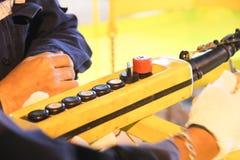 Lavoratore di sollevamento della ripresa esterna a disposizione Fotografia Stock