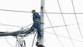 Lavoratore di telecomunicazioni su un telefono palo - Ho Chi Minh City Vietnam stock footage
