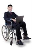 Lavoratore disabile con il computer portatile sulla sedia a rotelle Immagini Stock Libere da Diritti