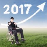 Lavoratore disabile dentro sotto verso l'alto e 2017 Fotografia Stock